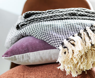 Cosy and soft cotton throw with tassel ends