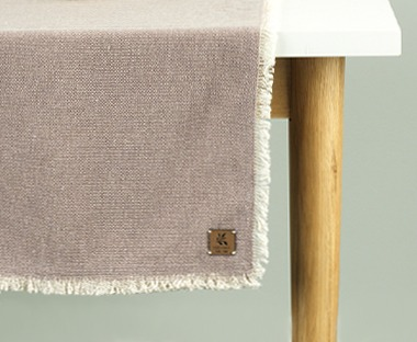 Cotton table runner in pink