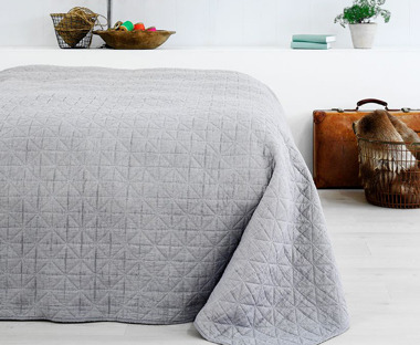 HIRSHOLM light grey quilted bed throw