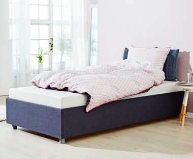Foam mattress with a combination of pressure-relieving memory foam and polyether foam. With washable cover.