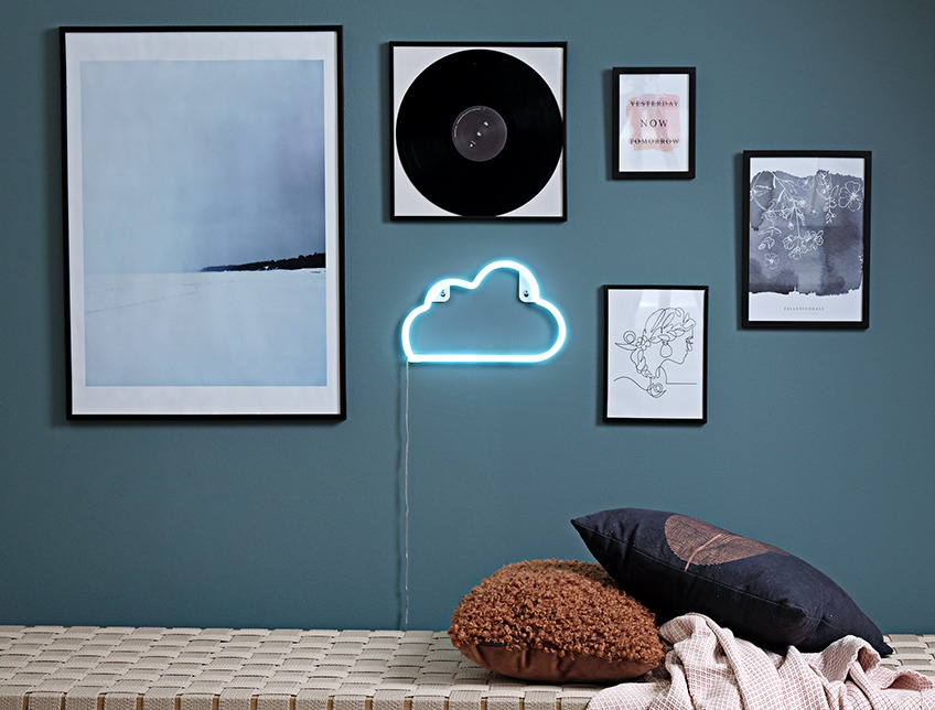 Wall with images in frames and NIELS lamp, shaped as a cloud